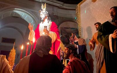 El Señor de la Cena preside el altar instalado para sus cultos